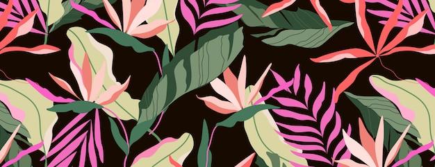 Motif tropical foncé. conception transparente de fond marron. feuilles de palmier hawaïen, feuilles de bananier et fleurs de strelitzia.