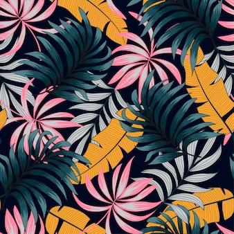 Motif tropical sans soudure botanique avec des plantes et des feuilles lumineuses sur fond noir