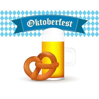 Mug de bière bavaroise avec bretzel isolé sur fond blanc
