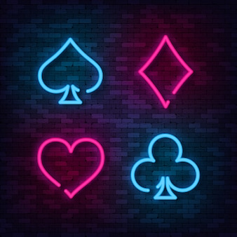 Neon suit poker and casino sur le mur de briques.