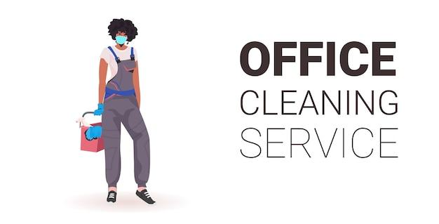 Nettoyeur de bureau professionnel féminin femme concierge en masque médical avec équipement de nettoyage copie espace horizontal