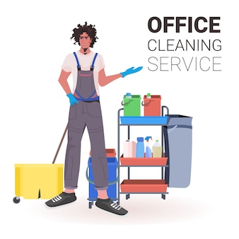 Nettoyeur de bureau professionnel masculin homme concierge en uniforme avec espace de copie d'équipement de nettoyage