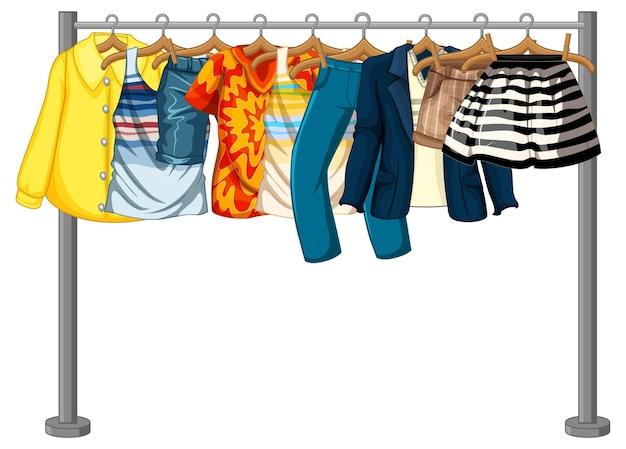 De nombreux vêtements suspendus sur un portant sur fond blanc