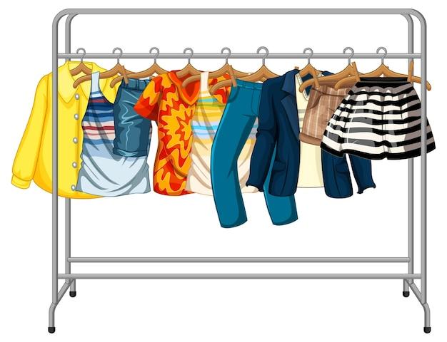 De nombreux vêtements suspendus sur un portant