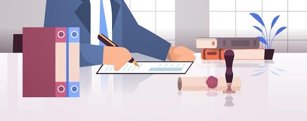 Notaire signature et légalisation documents estampage document juridique avocat bureau intérieur gros plan portrait horizontal