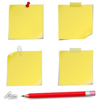 Notes adhésives avec une épingle et un crayon isolés