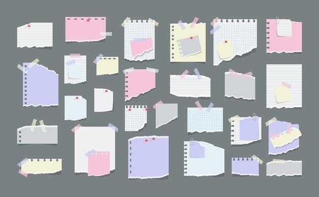 Notes de papier sur des autocollants isolés sur fond gris