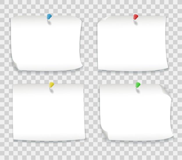 Notes de papier blanc avec des épingles colorées isolées sur fond transparent