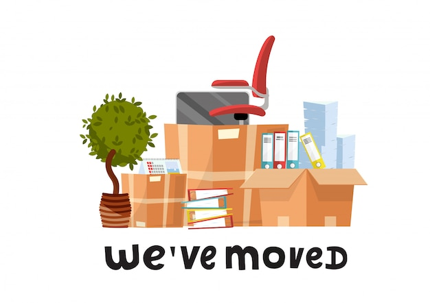Nous avons déménagé - citation de lettrage dessiné à la main.beaucoup de boîtes en carton ouvertes avec des fournitures de bureau - dossiers, documents, moniteur, chaise rouge sur roues, plante en pot.cartoon plat sur fond blanc