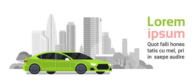 Nouvelle voiture au-dessus des bâtiments de la ville silhouette