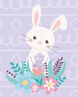 Oeuf décoratif de lapin de pâques heureux avec feuillage de fleurs