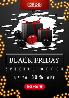 Offre spéciale, vente black friday, jusqu'à 50% de réduction, bannière noire verticale avec une forme abstraite en lambeaux, des cadeaux noirs et des ballons