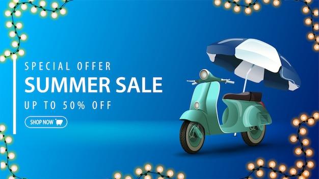 Offre spéciale, vente d'été, bannière web de réduction bleue pour votre entreprise dans un design minimaliste avec un cyclomoteur vintage et un cadre de guirlande lumineuse