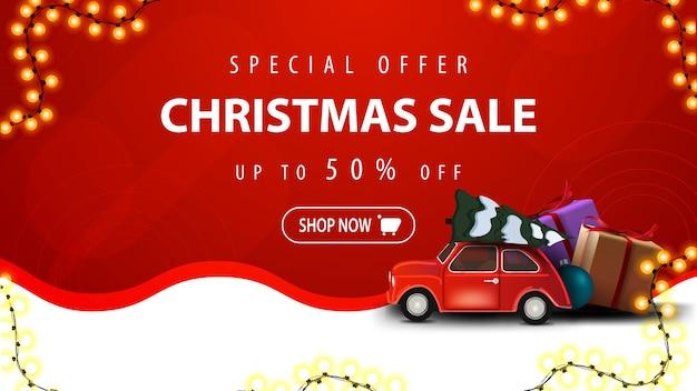 Offre spéciale, vente de noël, jusqu'à 50 off, bannière de réduction blanche et rouge avec guirlande, ligne ondulée et voiture vintage rouge portant arbre de noël