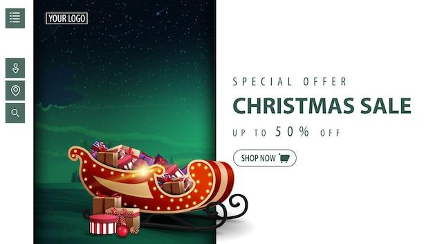 Offre spéciale, vente de noël, jusqu'à 50 off, bannière de réduction moderne blanche et verte pour site web avec paysage d'hiver teinté et santa sleigh avec des cadeaux