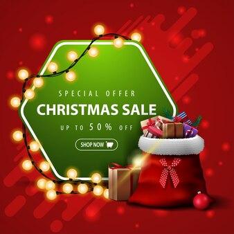 Offre spéciale, vente de noël, jusqu'à 50% de réduction, bannière carrée rouge et verte avec guirlande et sac du père noël avec des cadeaux