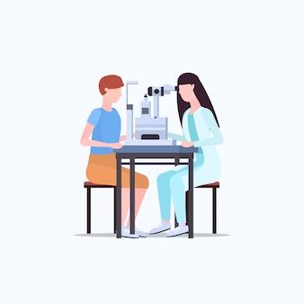 Ophtalmologiste femelle contrôle homme médecin de la vision des patients en uniforme faisant la chirurgie oculaire correction au laser médecine et concept de soins de santé sur toute la longueur