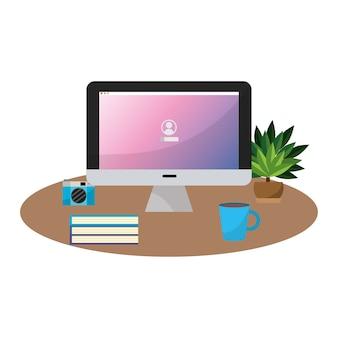 Ordinateur de bureau avec livres et boissons au café