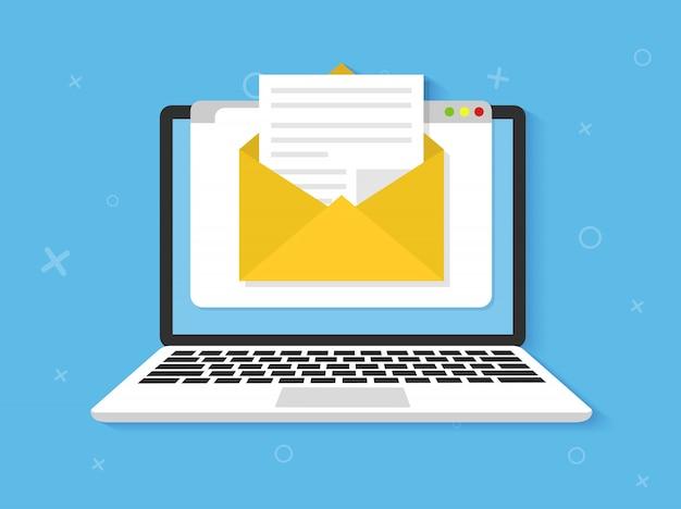 Ordinateur portable avec enveloppe à l'écran. e-mail, icône d'email plate