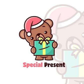 Ours brun mignon portant un chapeau de noël et apportant un grand cadeau