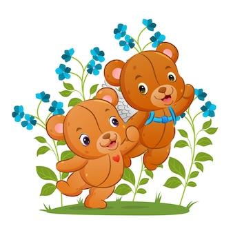 L'ours mignon cupidon tient la main de sa petite amie pour voler vers le ciel de l'illustration