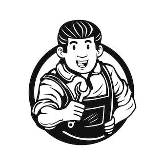 Un ouvrier mécanicien souriant tenant une clé