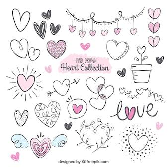 Pack fantastique avec une variété de coeurs dessinés à la main