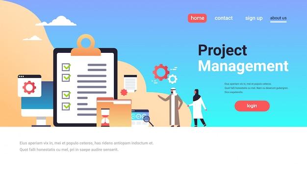 Page d'atterrissage de gestion de projet avec des personnes arabes