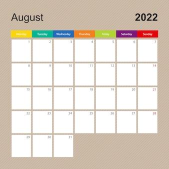Page de calendrier pour août 2022, planificateur mural au design coloré. la semaine commence le lundi.
