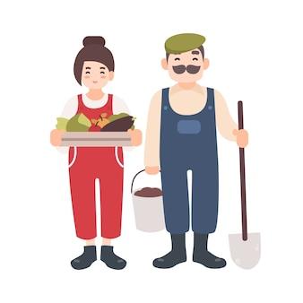 Paire d'ouvriers agricoles ou jardiniers souriants, hommes et femmes, transportant la récolte, la pelle et le seau.