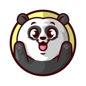 Un panda mignon levant ses mains et souriant une mascotte de bande dessinée