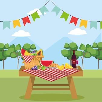 Panier dans la table avec du vin et des aliments sains