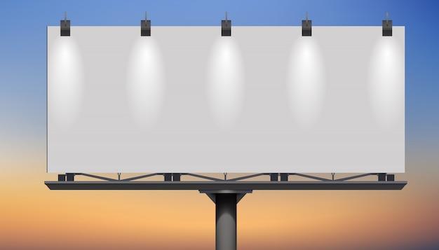 Panneau d'affichage vide au crépuscule pour la conception