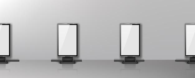 Des panneaux d'affichage vides se tiennent en ligne dans le couloir du bureau