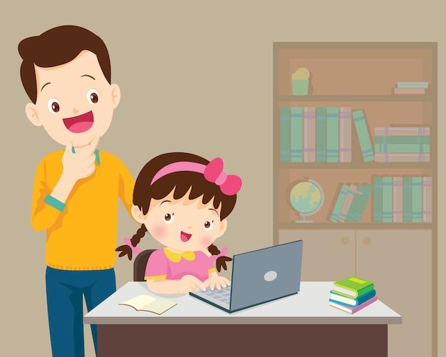 Papa être heureux pour quelque chose d'enfants fille avec un ordinateur portable