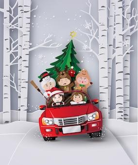 Paper art de joyeux noël et hiver avec des enfants en voiture rouge.