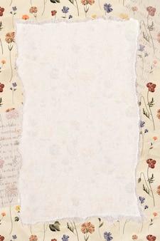 Papier déchiré sur un fond floral