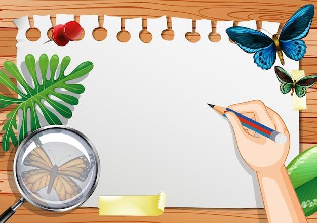 Papier vierge sur la vue de dessus de table avec des éléments de feuilles et d'insectes