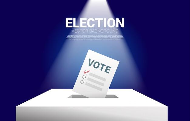 Papier de vote mis en boîte d'élection.