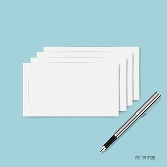 Papiers blancs et stylo sur fond bleu