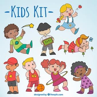 Paquet d'enfants dessinés à la main faisant des activités