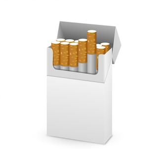 Paquet ouvert de cigarettes isolé sur fond blanc
