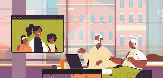 Les parents avec enfant ayant une réunion virtuelle avec les grands-parents au cours de l'appel vidéo chat familial en ligne communication concept salon intérieur portrait illustration horizontale