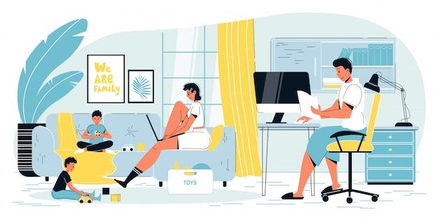 Parents indépendants travaillant en ligne à la maison