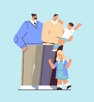 Les parents masculins debout avec de petits enfants transgenres de la famille gay aiment le concept de communauté lgbt