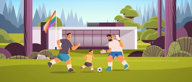 Les parents masculins jouent au football avec leur petit fils, la famille gay, les transgenres aiment le concept de communauté lgbt