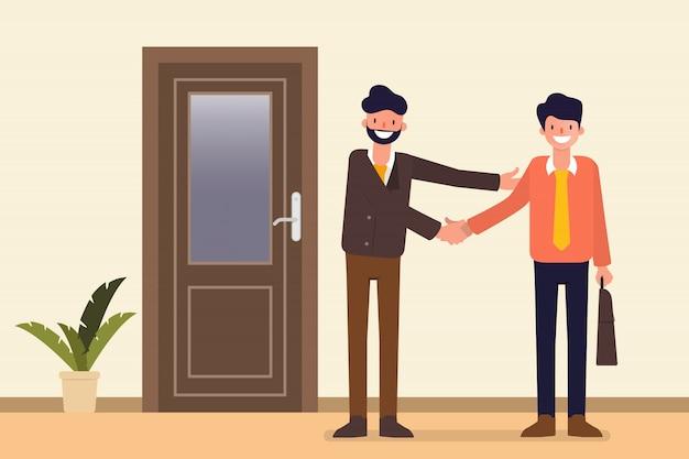 Partenaire d'affaires dans le couloir du couloir porte bureau.
