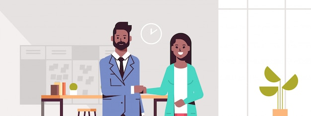 Partenaires d'affaires homme femme poignée de main couple serrer la main lors de la rencontre accord partenariat concept moderne co-working center bureau intérieur portrait horizontal