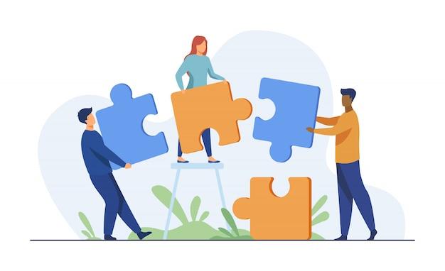 Partenaires détenant de grandes pièces de puzzle