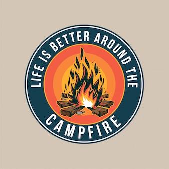 Patch vintage, avec feu de camp, feu, voyage en montagne flamme. aventure, voyage, camping d'été, extérieur, naturel, concept de voyage.
